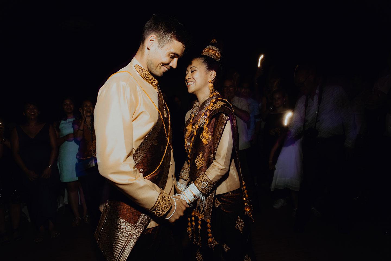 Les mariés dansent à leur mariage