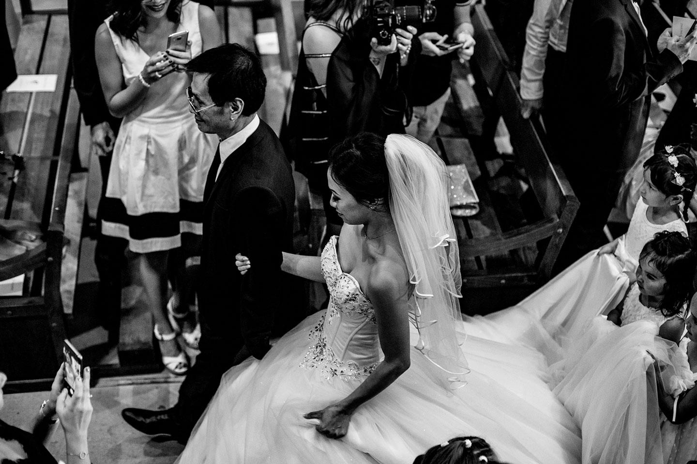 Entrée dans l'église de la mariée au bras de son papa