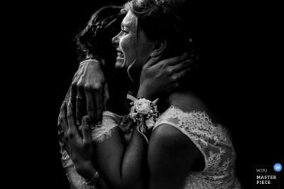 """Photographie de mariage récompensée, la cérémonie. Minimaliste J'aime garder l'essentiel et retirer ce qui ne sert pas l'image. J'aime que ce soit la lumière qui m'aide à ne garder que ce qui compte dans la photographie, le plus important. Dans mon texte favori, le Petit Prince, son auteur Antoine de Saint Exupéry dit """"qu'on ne voit bien qu'avec le coeur, l'essentiel est invisible pour les yeux"""". Je pense sincèrement qu'être photographe de mariage c'est être le coeur, votre coeur. Vos yeux seront distraits ce jour là, ils seront focalisés sur l'être cher et peut être ils vont louper des moments. J'en reviens à """"pourquoi?"""""""