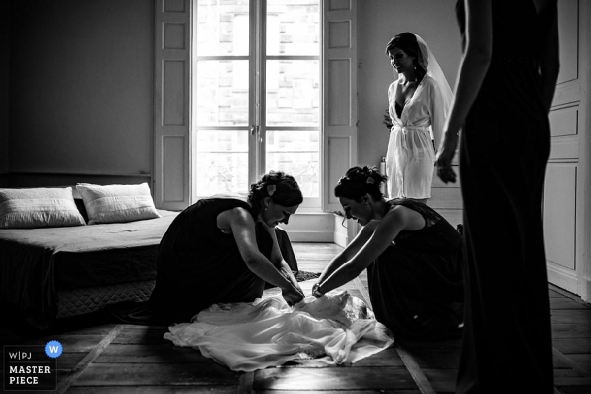 Meilleures photographies de mariage du photographe de mariage David Pommier. Photographie de mariage récompensée, les préparatifs de la mariée. Photographie de mariage récompensée de préparatifs de la mariée au moment de mettre sa robe