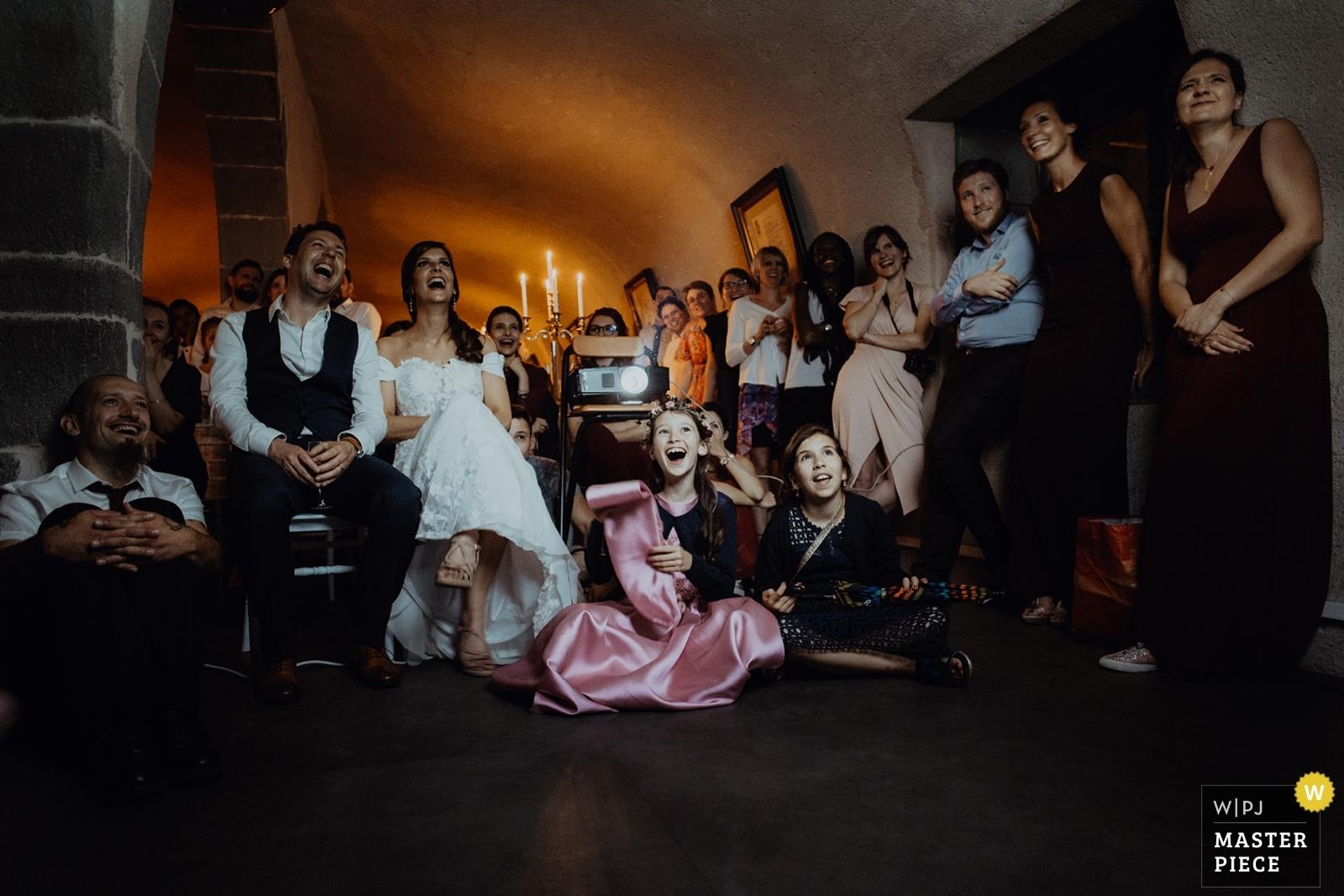 Photographie de mariage récompensée à la Wpja. Mariage au château de Saulnat à côté de Clermont Ferrand. Photographie de mariage récompensée, la soirée. Comment choisir son photographe de mariage. Et pourquoi?
