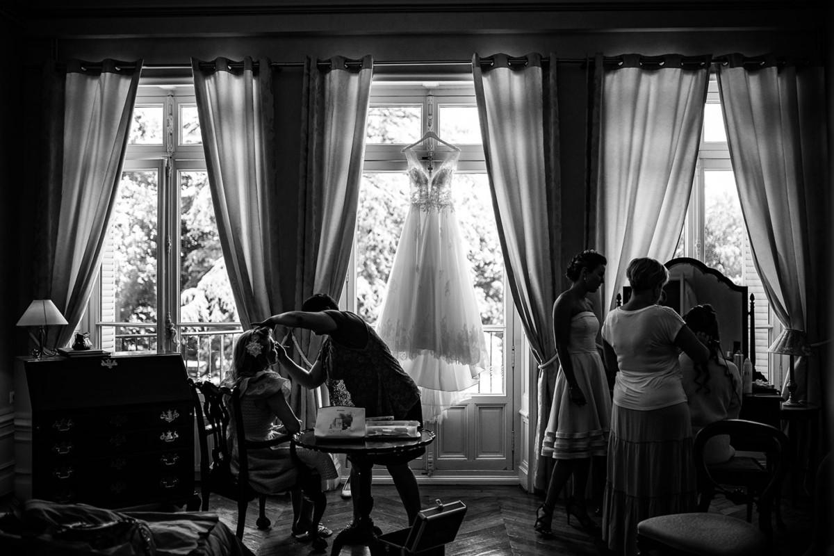 Photographie de mariage élégant lors des préparatifs au château