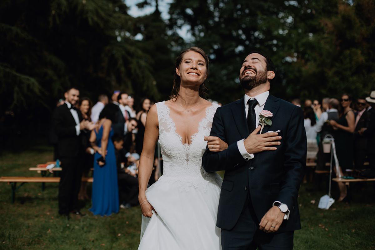 Meilleures photographies de mariage du photographe de mariage David Pommier. Clos des Tourelles. Photographie de mariage à la fin de la cérémonie laïque dans le parc du château