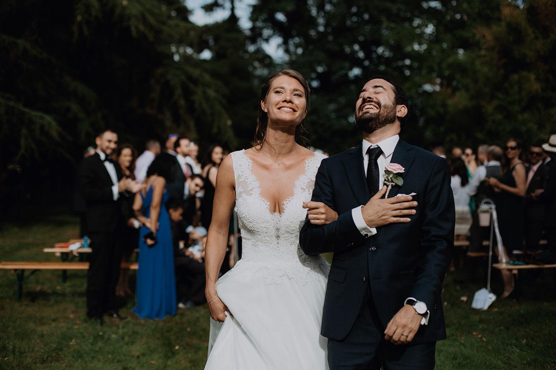 Photographie de mariage à la fin de la cérémonie laïque dans le parc du château
